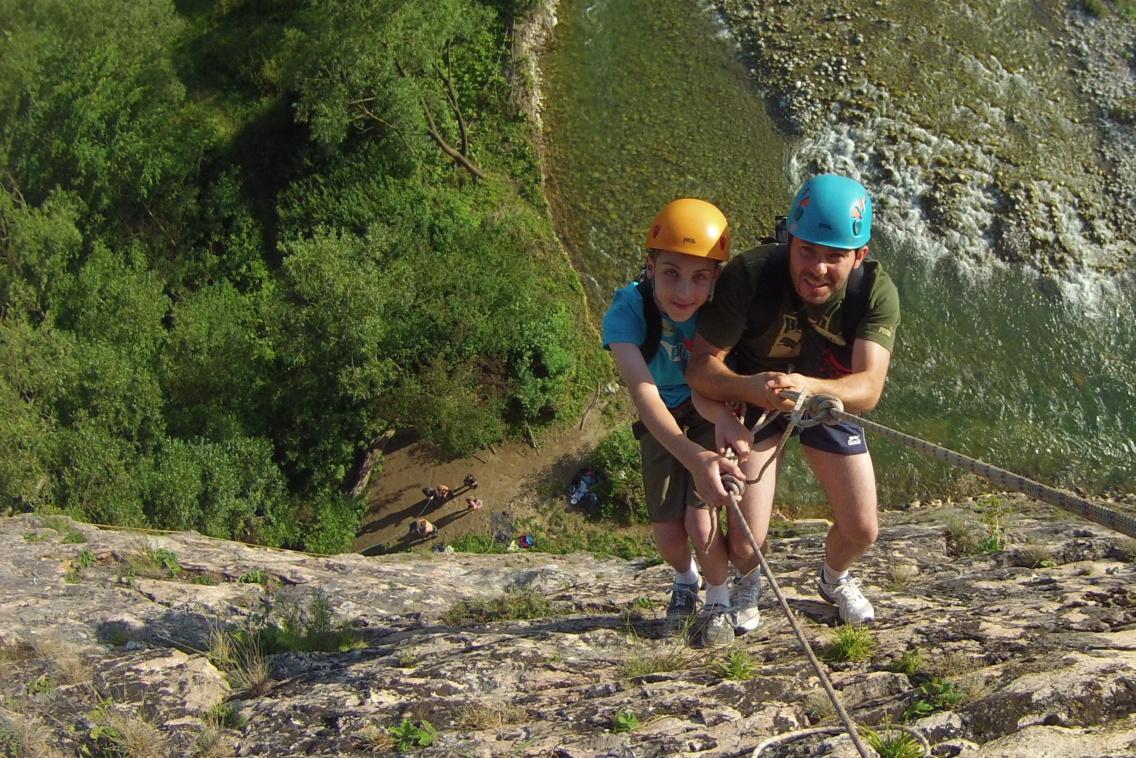 Surviva; taty i dziecka. Ojciec z synem na skałach